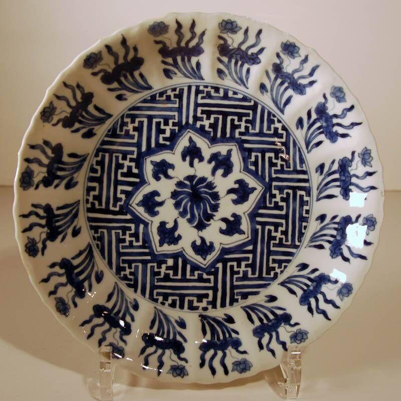 bord versierd met een achtpuntige ster op een fond van Chinese meanders [lu wên]